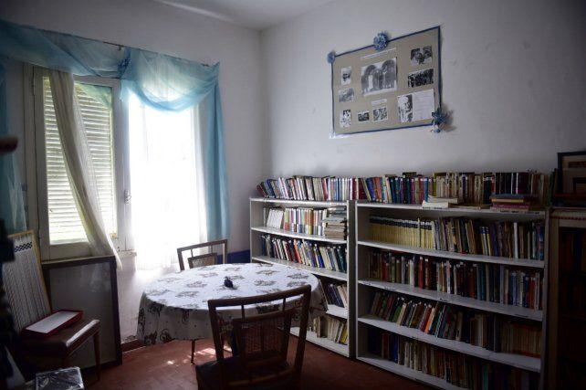 Una de las habitaciones donde se atesoran libros que guardan la impronta de las hermanas Cossettini.