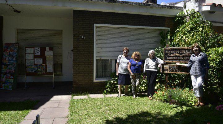 Las integrantes del centro de jubilados que hoy funciona en la casa donde vivieron las docentes.