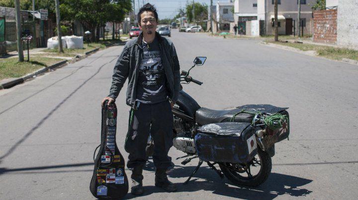 Visitante entusiasmado. El muchacho japonés con su Suzuki 125.