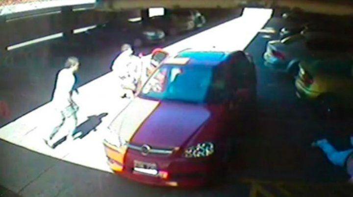 El auto que conducía Treves en el momento en el cual está por salir del garaje donde ocurrió el hecho.