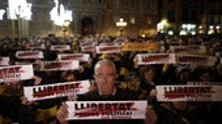 protesta. Anoche las formaciones separatistas hicieron una marcha en reclamo de la libertad de sus dirigentes.