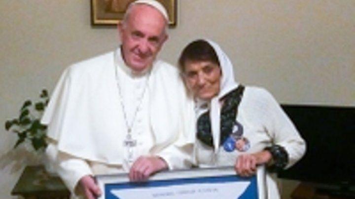 obsequio. Francisco recibió un cuadro con un pañuelo de las Madres.