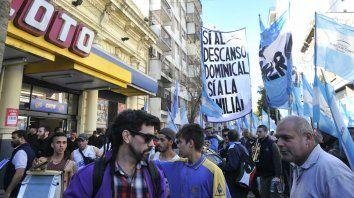 Una de las manifestaciones frente a Coto para pedir por el descanso dominical.