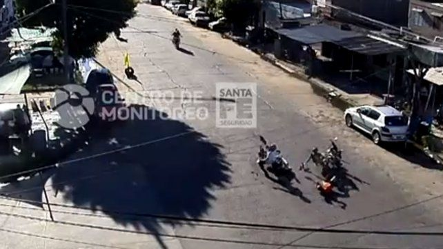 Las cámaras de seguridad registraron un fuerte choque entre dos motos