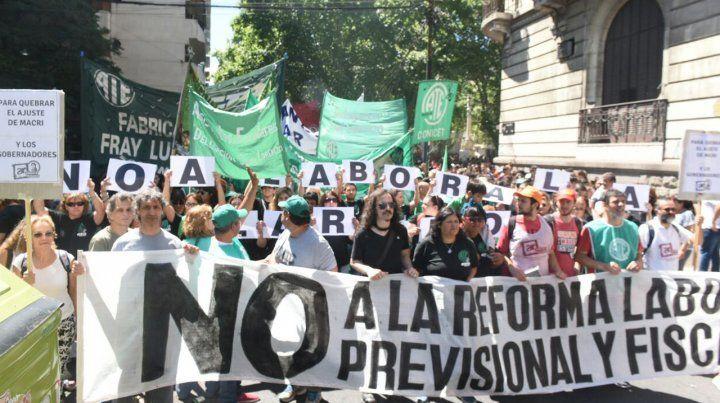 Convocante marcha de los gremios rosarinos contra la reforma laboral del gobierno