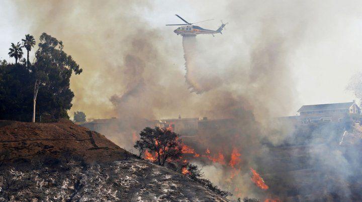 Infierno en L.A. Mansiones de ricos y famosos se encuentran al paso de las llamas.
