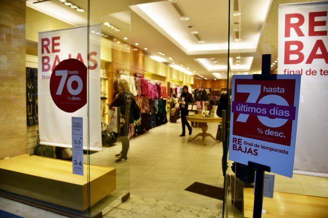 Ni las rebajas que ofrecieron los comercios lograron que repuntaran las ventas.