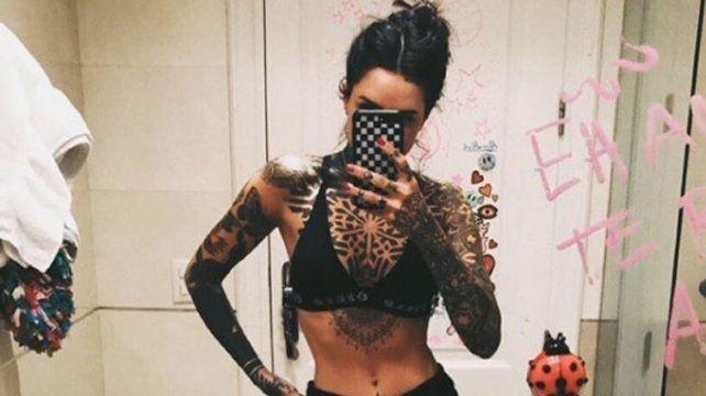 Cande Tinelli se mostró en topless y brillando frente al espejo