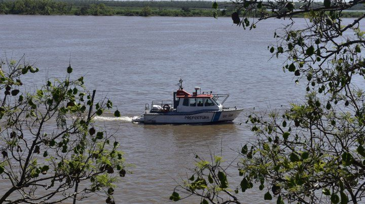 Búsqueda contrarreloj de un joven que desapareció en aguas del río Paraná