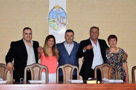 Asunción. El nuevo mandatario de Chovet (centro) y la comisión comunal.
