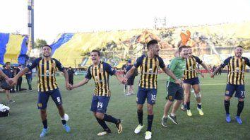 Ronda del triunfo. Carrizo, Lovera, Camacho, Gil y Fernández celebran la victoria.