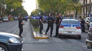 Lo no deseado. La policía intervino con balazos de goma para frenar los incidentes que protagonizaron hinchas leprosos en Pellegrini al 1500. Hubo algunos heridos.