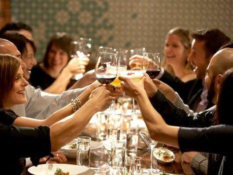 brindis. No son pocos los que optan por llevar el ritual del brindis fuera de la vivienda familiar