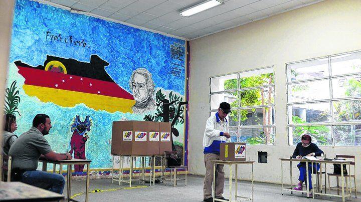 baja concurrencia. Una mesa electoral en Caracas. El ausentismo se hizo sentir en todo el país.