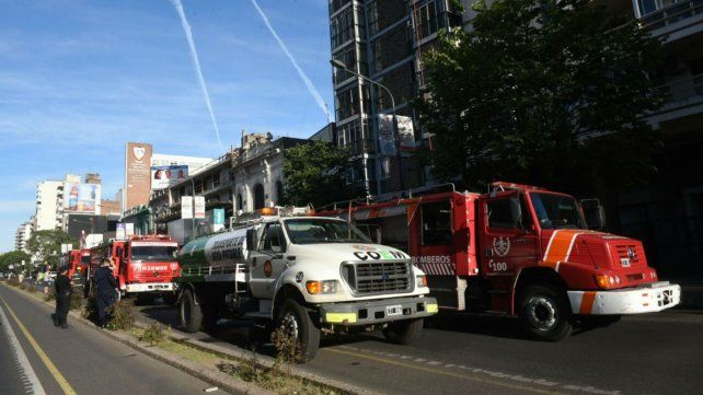 Equipos de bomberos y la Central de Operaciones de Emergencias trabajan sobre Pellegrini al 1500.