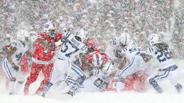 Una tormenta de nieve sorprende a los jugadores de un partido de fútbol americano