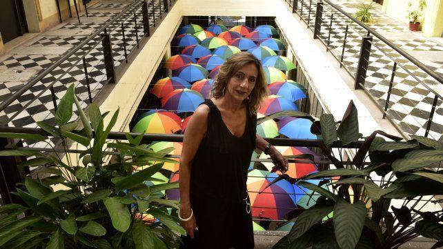 Cientos de paraguas convirtieron al Pasaje Pan en un colorido mosaico aéreo