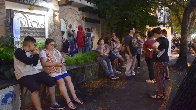 Padres y alumnos que tenían anoche su fiesta de graduación suspendida por Dreamers reclaman frente a la empresa.