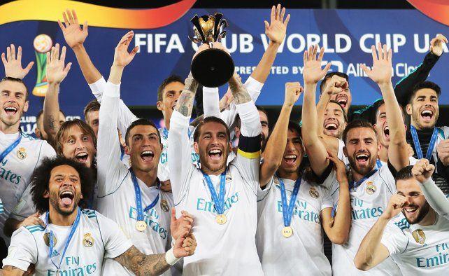 Festejo merengue. Sergio Ramos levanta la copa junto al plantel madrileño.