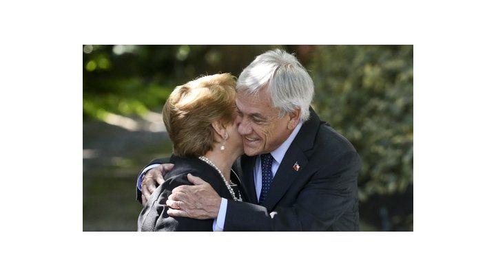 abrazo. Piñera recibió ayer a la mañana a la presidenta Bachelet en su casa