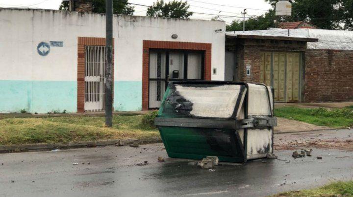 Un contenedor de residuos fue blanco de los violentos en la zona de Avellaneda y Biedma.