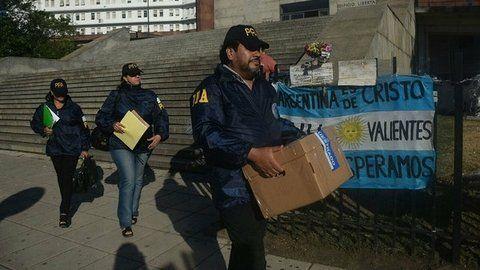 operativo. Efectivos de fuerzas de seguridad se llevan cajas del edificio de la Armada en Buenos Aires.