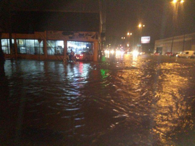 Inundada. Así estaba esta noche avenida Uriburu y bulevar Oroño durante la tormenta. (foto @emergenciasAR)