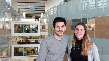 Los dos graduados en el laboratorio de biología molecular.