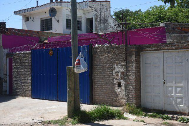 La casa en la que vivía la víctima con su pareja y ocho niños era conocida en el barrio por los colores fuertes con los que está pintada.