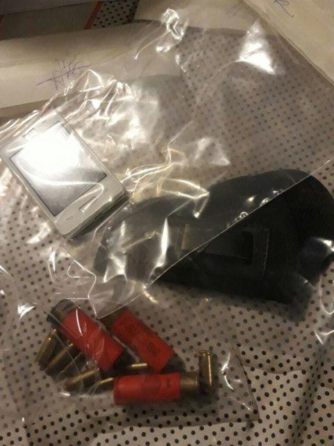 Municiones y un teléfono celular, lo incautado en la casa de la sospechosa.