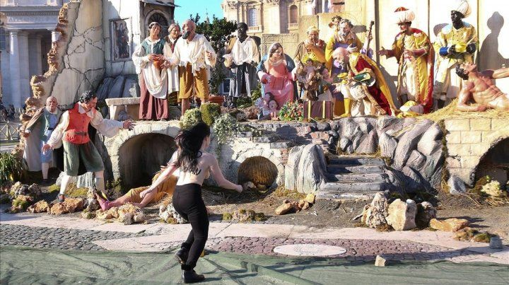 La activista de Femen se lanza hacia el pesebre tras dejar al descubierto sus pechos.