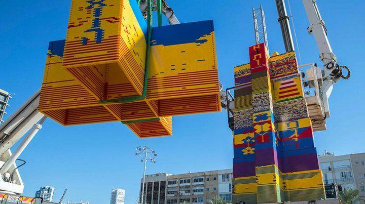 Construyen una torre de 36 metros de alto con piezas de Lego para que entre en el Guinness