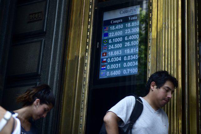 El dólar volvió a subir y hubo colas en las casas del cambio de la city