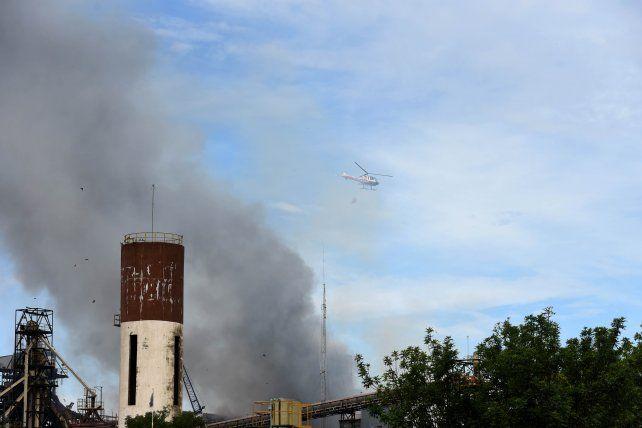 Dos helicópteros trabajaron en el lugar para controlar el fuego.