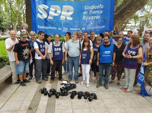 Protesta. Trabajadores de prensa realizaron un camarazo por la violencia contra periodistas y fotógrafos.