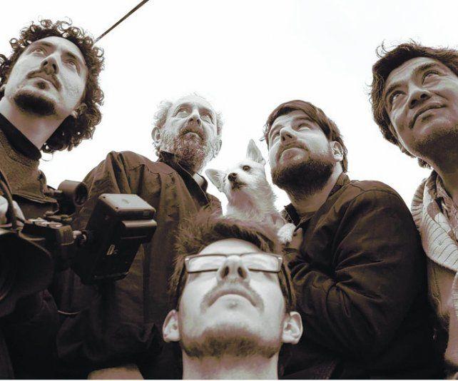 hay equipo. El director Fernando Basile (centro) junto al elenco del filme.