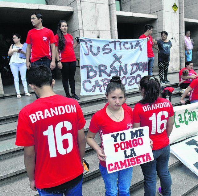 identidad. La camiseta roja que Brandon usaba en Sanford y el 16 de su edad.