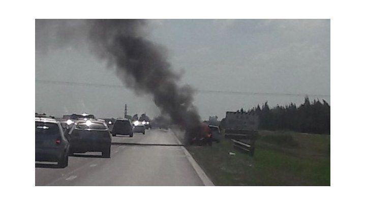 Un auto incendiado en la autopista a Córdoba generó muchas dudas