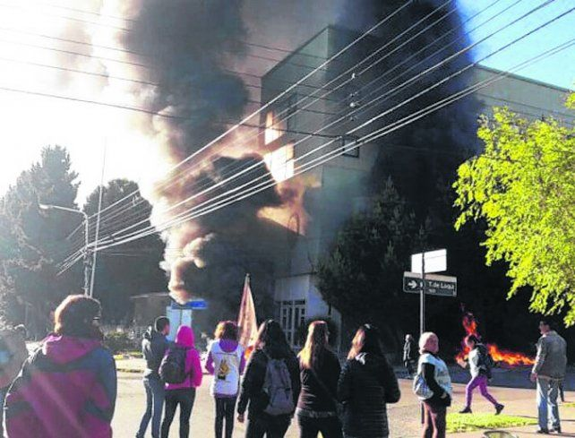 Conflicto. Los manifestantes quemaron gomas frente al Parlamento.