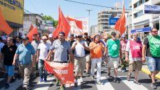 Con bronca. Varios gremios marcharon ayer en repudio a la tragedia, pero también contra los despidos y la precarización laboral.