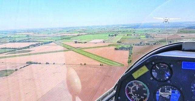 desde el aire. El aeródromo cuenta con pistas de pasto de mil metros cada una