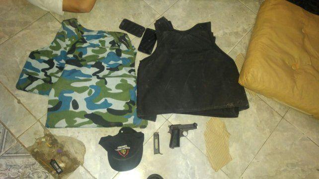 Dos jóvenes fueron detenidos cuando portaban armas, chalecos y atuendos policiales
