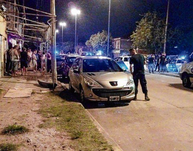 noche tragica. Patrulleros y ambulancias en la esquina de bulevar Seguí y Grandoli al final del primer día del año.