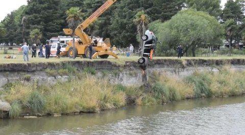 operativo. El cuerpo de Bomberos retira el auto del arroyo Tapalqué.