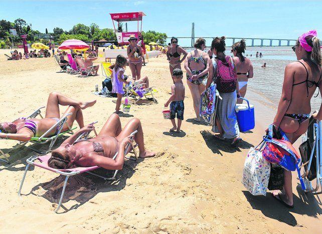 Relax. El tradicional balneario de la costa norte de la ciudad recibió ayer a los bañistas que comenzaron a disfrutar de la temporada 2018.