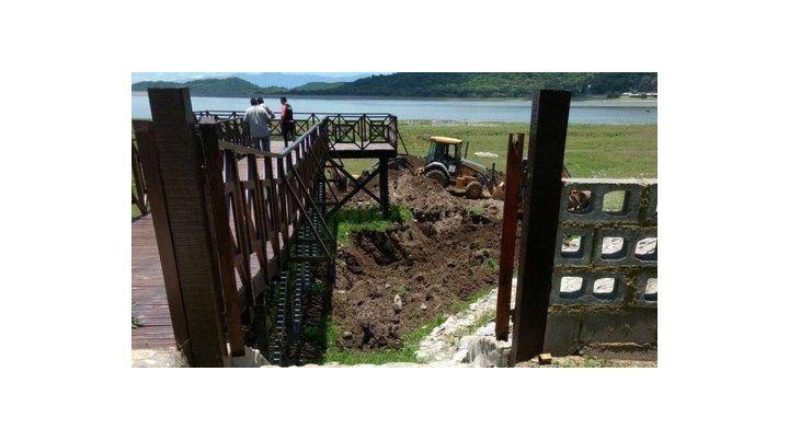 Una máquina excavadora trabaja en una de las propiedades de Sala.