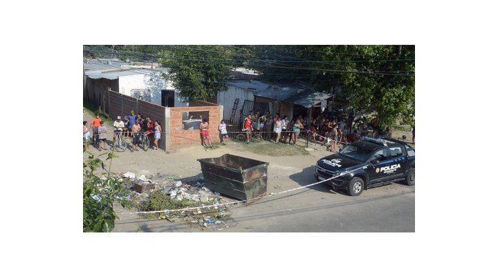 entorno. El volquete está enclavado en un humilde barrio del sudoeste rosarino y es utilizado para arrojar basura.