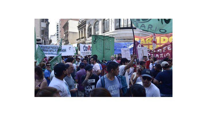 En la calle. Trabajadores de distintos sindicatos se movilizaron para protestar contra los despidos.