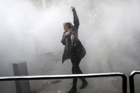 rebeldes. Estudiantes son reprimidos con gases en el predio de la Universidad de Teherán.