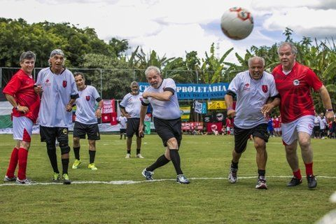 ¿Va adentro? Lula da la patada inicial en un partido en Guararema